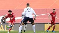 Alexander-Arnold Balas Kritik dengan Gol Cantik