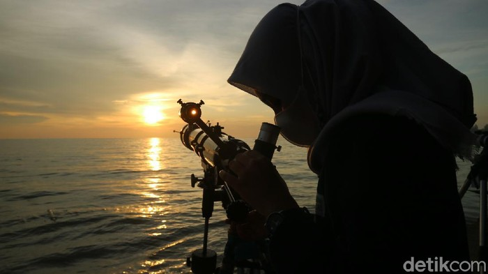 Mahasiswa Unisnu Jepara melakukan pengamatan langsung di Pantai Semat turut Desa Semat Kecamatan Tahunan, Sabtu (10/4/2021). (Foto : Dian Utoro Aji/detikcom).