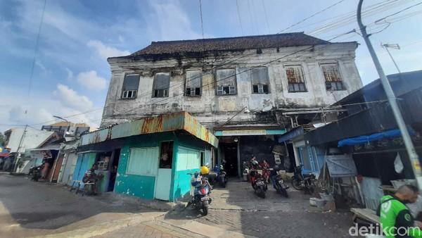 Akan tetapi, bangunan ini tidak dijadikam tempat tinggal oleh Dokter Teng Sioe Hie. Sebab, seiring kepergian VOC, lahan kosong di kanan-kiri gedung dijadikan tempat pemakaman Tionghoa.