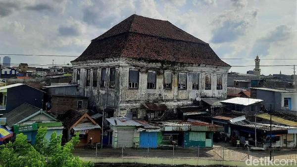 Gedung Setan sendiri dulunya adalah bekas Kantor Gubernur Vereenigde Oostindische Compagnie (VOC) di Jawa Timur dan berdiri sejak tahun 1809. Setelah VOC bangkrut dan tidak lagi tinggal di Indonesia, bangunan lawas dua lantai ini menjadi milik Dokter Teng Sioe Hie.