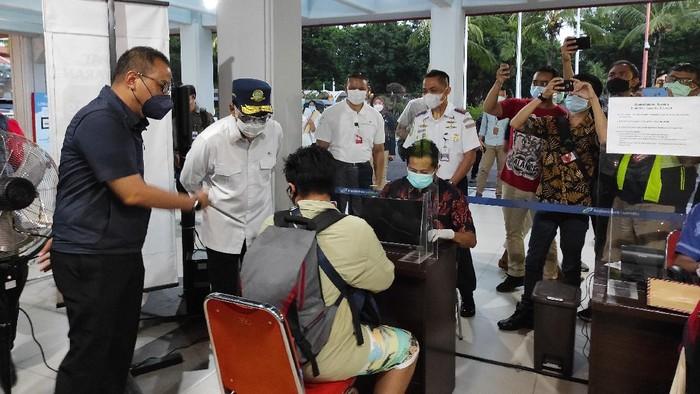 Menhub Cek Kesiapan Alat Tes GeNose di Bandara Ngurah Rai Bali