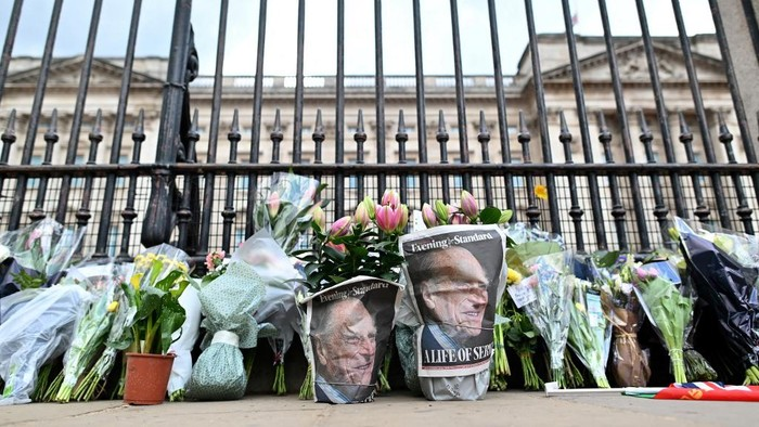 Floral tributes are pictured at the gates of Buckingham Palace in central London on April 9, 2021 after the announcement of the death of Britains Prince Philip, Duke of Edinburgh. - Queen Elizabeth IIs husband Prince Philip, who recently spent more than a month in hospital and underwent a heart procedure, died on April 9, 2021, Buckingham Palace announced. He was 99. (Photo by JUSTIN TALLIS / AFP)