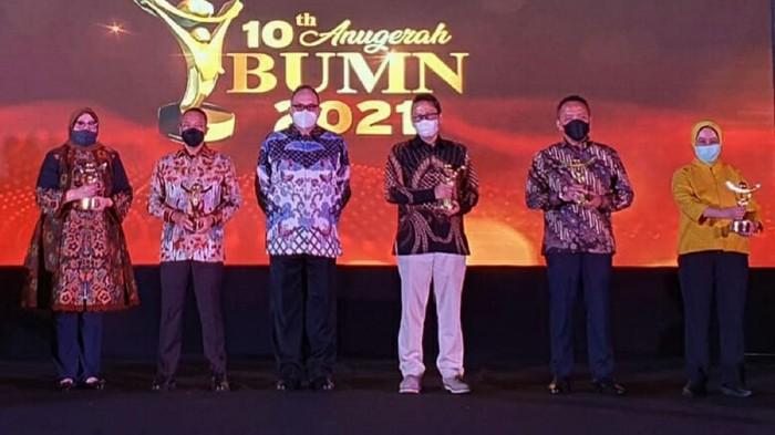 """PT Askrindo Syariah meraih penghargaan sebagai Special Recognition untuk kategori """"Survival Value Creation In Time Of Covid-19"""" dalam kegiatan Anugerah BUMN 2021, di Jakarta."""