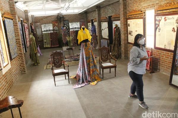 Ide itu bermula saat ia melihat banyak pengunjung kafe kopi di Galeri Batik Komar yang berfoto di antara batik-batik yang dijemur.