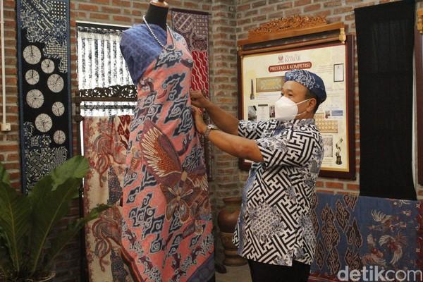 Tak hanya bisa berfoto yang cantik, pengunjung juga bisa mendapatkan edukasi terkait motif batik yang diproduksi. Di antaranya, motif megamendung, motif shibotik, motif Jawa Baratan, dan motif batik Indonesia.