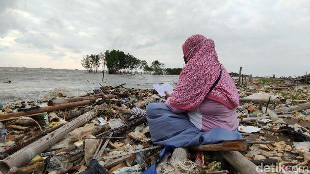 Nyadran ke makam yang hilang di pesisir Tambaklorok Semarang, Jumat (10/4/2021).