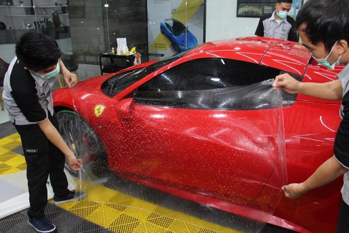 Paint Protection Film (PPF), lapisan yang mencegah bodi mobil tergores.