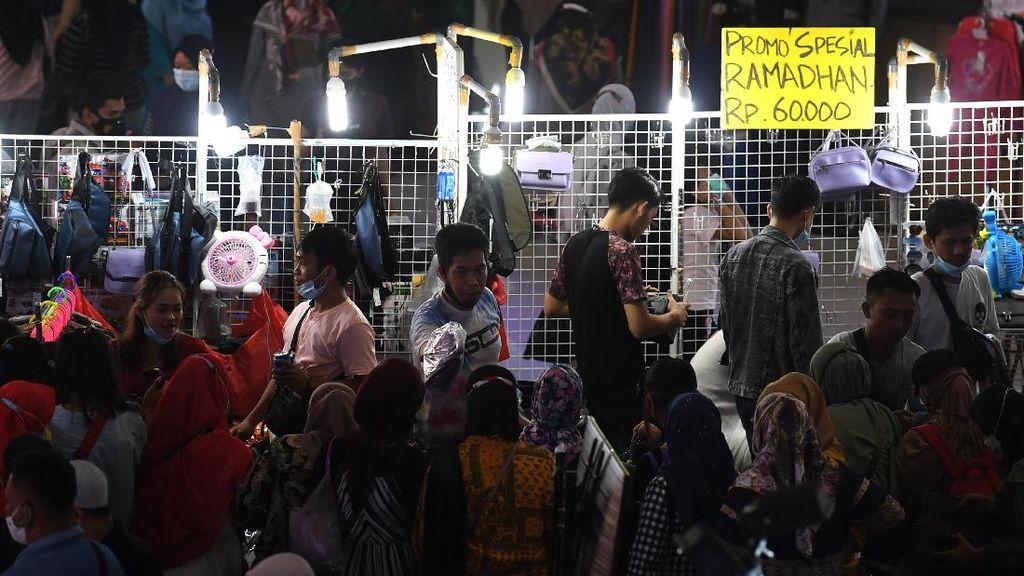 Sore yang Ramai di Pasar Tanah Abang, Warga Belanja Persiapan Lebaran