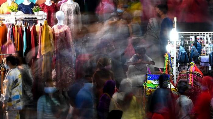 Warga memilih busana yang dijual di Pasar Tanah Abang, Jakarta Pusat, Sabtu (10/4/2021). Pasar Tanah Abang mulai dipadati warga untuk berbelanja berbagai kebutuhan Ramadhan. ANTARA FOTO/Sigid Kurniawan/aww.