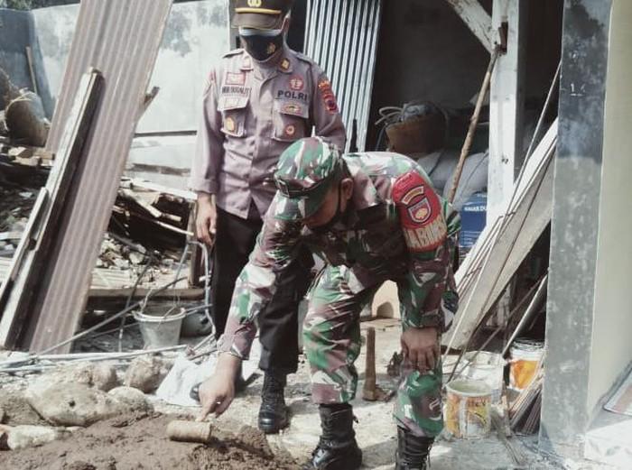 Pekerja bangunan di Purbalingga temukan benda diduga peluru lontar, Sabtu (10/4/2021).