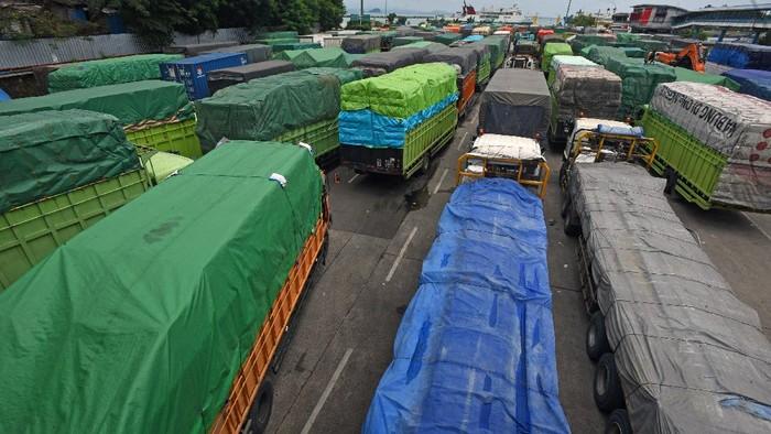 Sejumlah truk yang akan menyeberang ke Sumatera antre di Dermaga II Pelabuhan Merak Banten, Sabtu (10/4/20210). Menurut GM PT ASDP Cabang Merak Hasan Lessy penumpukkan truk terjadi sejak tiga hari terakhir akibat meningkatnya volume distribusi barang menjelang puasa ditambah gangguan gelombang tinggi di Selat Sunda sehingga waktu tempuh penyeberangan kapal ferry menjadi lebih lama. ANTARA FOTO/Asep Fathulrahman/aww.