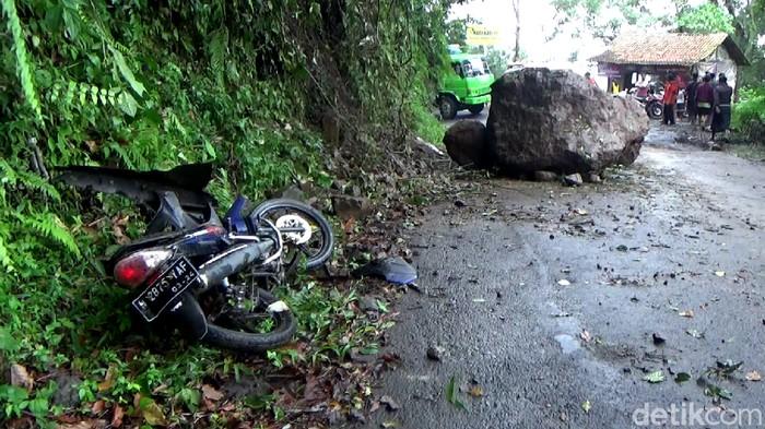 Seorang pengendara motor di Bukit Piket Nol Lumajang tewas tertimpa reruntuhan batu imbas gempa Malang.