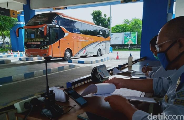Petugas Dishub Pemkab Klaten memantau lalu lintas bus AKAP di Terminal Ir Soekarno. (Achmad Syauqi detikcom)