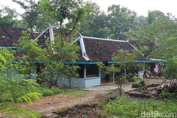 Ada sekitar 50 rumah limasan di desa itu.