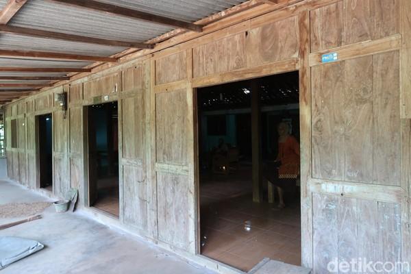 Terus Ciri khas lain rumah limasan itu biasanya pintunya ada tiga sebagai pintu utama dan 2 tablekan, serta jendela.