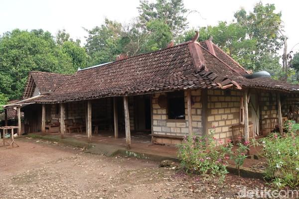 Pedukuhan Jelok, Kalurahan Pacarejo, Kapanewon Semanu terbilang unik karena sebagian besar rumah warganya berjenis rumah limasan.