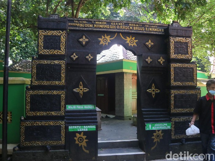 Suasana kompleks makam Kramat Masin Raden Ayu Dewi Nawangsih dan Raden Bagus Rinangku, Desa Kandangmas Kecamatan Dawe, Kudus, Kamis (8/4/2021).