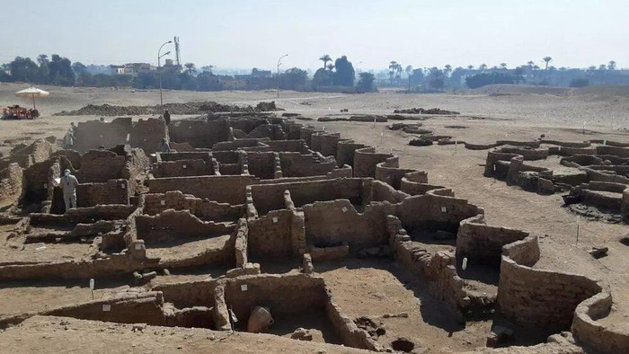 A handout picture released by the Egyptian Ministry of Antiquities on April 8, 2021, shows the remains of a 3,000 year old city, dubbed The Rise of Aten, dating to the reign of Amenhotep III, uncovered by the Egyptian mission near Luxor. © AFP Photo/Handout/Egyptian Ministry of Antiquities
