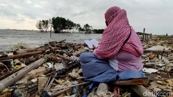 Di kawasan pesisir Semarang, TPU Tambaklorok sudah tidak terlihat lagi karena dikikis abrasi dan air pasang yang semakin tinggi. Angling Adhitya Purbaya/detikcom