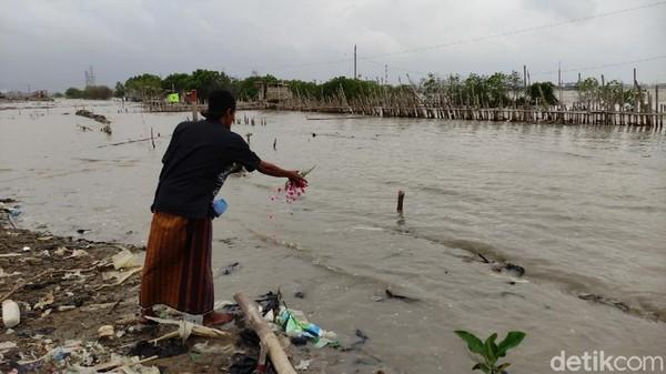 Area pemakaman tersebut sudah mulai tenggelam sejak sekitar tahun 2012. Kondisi makam yang tenggelam itu terkadang memberikan pengalaman tersendiri bagi nelayan. Tidak sedikit dari nelayan yang kadang menjaring nisan hingga tengkorak manusia. Angling Adhitya Purbaya/detikcom