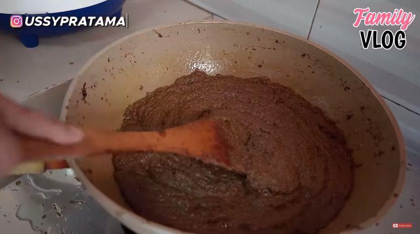 Sambut Puasa, Ussy Sulistiawaty Masak Sop Konro Khas Makassar