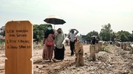 Momen Ziarah di TPU COVID Srengseng Sawah Jelang Ramadhan