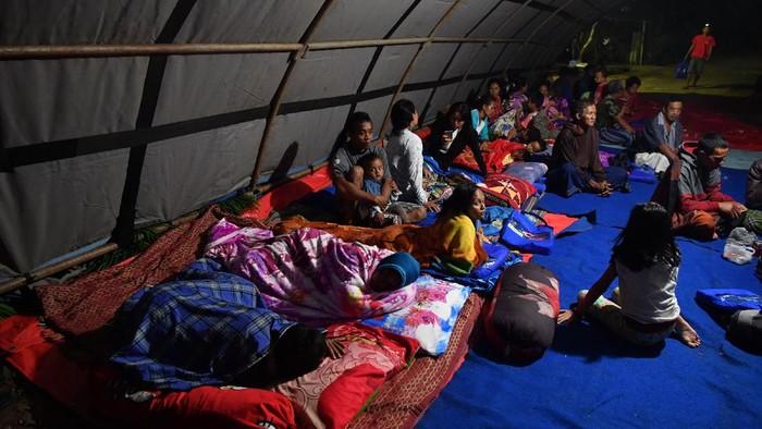 Sejumlah warga di Desa Kali Uling, Lumajang, Jatim, mengungsi, usai gempa mengguncang kawasan Malang Sabtu (10/4) siang.