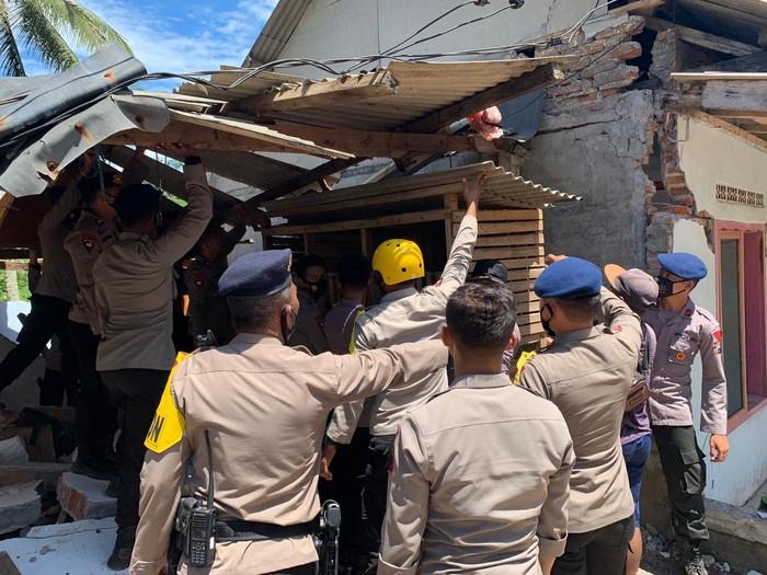 Brimob Polda Jatim Beri Trauma Healing Korban Gempa Malang di Lumajang