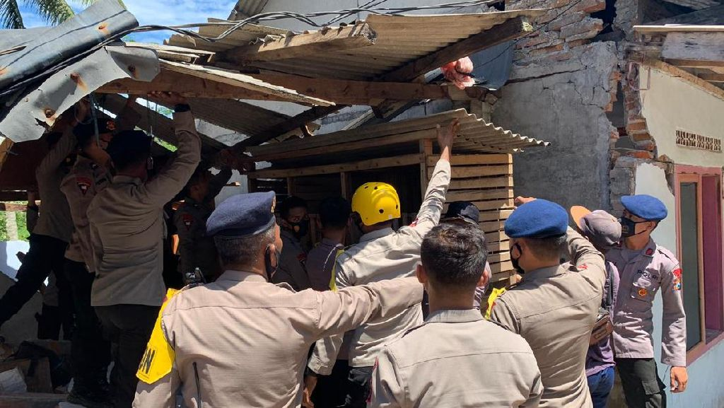 Tim Trauma Healing Brimob Polda Jatim Dampingi Korban Gempa Malang