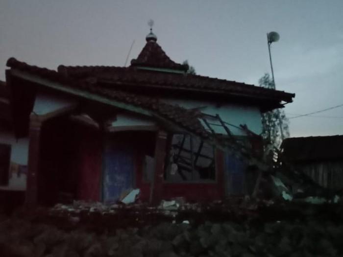 Dampak gempa berkekuatan 6.1 SR berpusat di wilayah pesisir selatan Malang, 14 rumah, 1 gudang sayur mayur dan 3 musala rusak di 3 kecamatan di Kabupaten Probolinggo