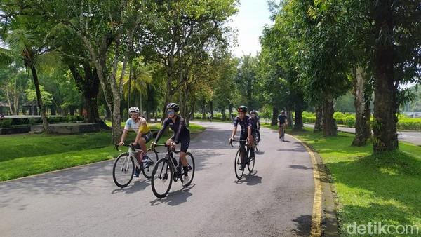 Program Temples Cycling Tour dengan rute Prambanan - Borobudur ini dapat dinikmati oleh masyarakat, khususnya pecinta sepeda dan cycling community. Dengan paket ini, traveler bisa menikmati asyiknya bersepeda melintasi rute Candi Prambanan menuju Candi Borobudur melewati candi Lumbung, Bubrah dan Candi Sewu.