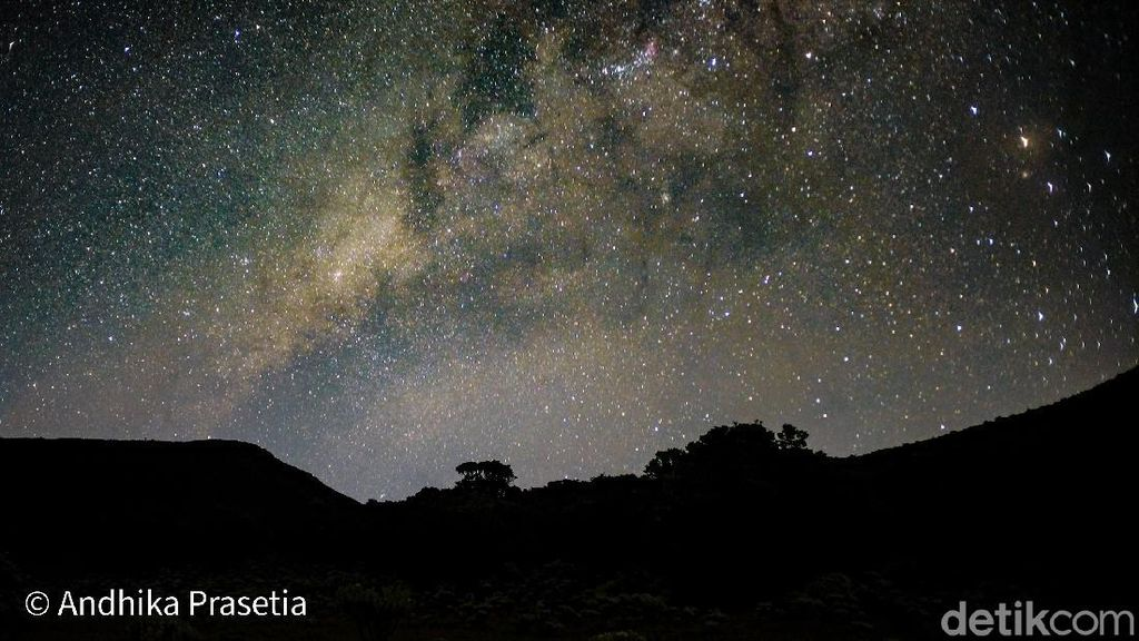 Indahnya Galaksi Bimasakti dari Gunung Gede yang Manjakan Mata