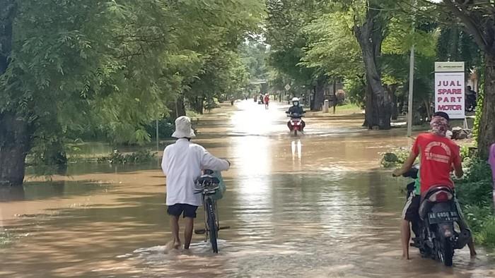 Jalan Desa Tirak Kecamatan Kwadungan ngawi mulai banjir