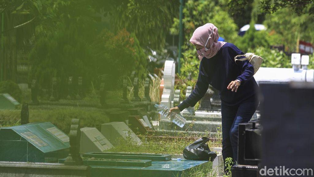 Warga Yogyakarta Juga Ziarah Makam Jelang Bulan Puasa