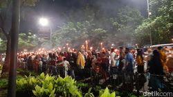Jelang Ramadhan, Kerumunan Bocah Pawai Obor di Grogol Jakbar