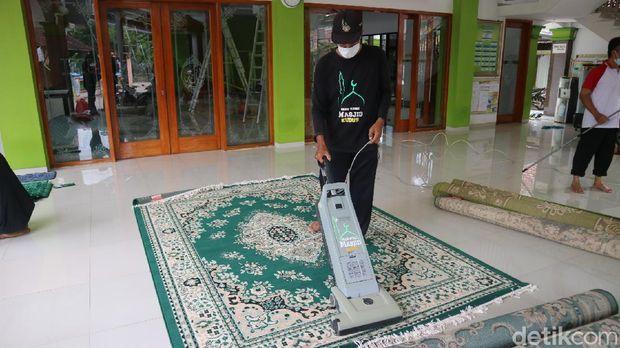 Komunitas RRM Kudus saat membersihkan salah satu masjid di Desa Peganjaran, Kecamatan Bae, Minggu (11/4/2021).