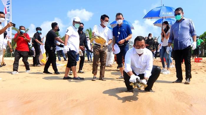 Beragam cara dilakukan untuk menjaga kelestarian lingkungan di Pulau Dewata Bali. Salah satunya dengan konservasi terumbu karang-Pengembangan Tukik.