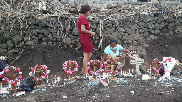 Kuburan massal korban banjir di Desa Neleamadike, Flores Timur, Nusa Tenggara Timur (NTT).