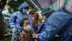 Program vaksinasi COVID-19 untuk lansia terus digalakan di berbagai daerah Indonesia. Nenek berusia 102 tahun ini pun ikut disuntik vaksin COVID-19 di Tangerang