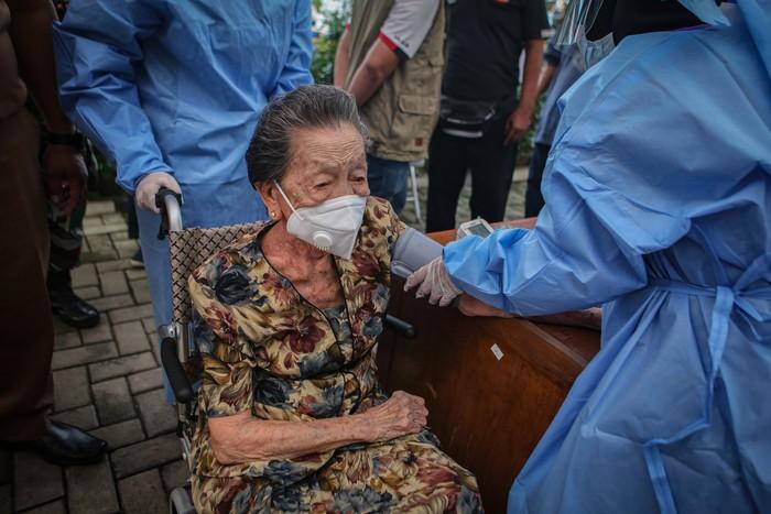 Lansia berusia 102 tahun, Inna Wati yang menerima suntikan vaksin COVID-19 di Puskesmas Poris Plawad, Kota Tangerang, Banten, Minggu (11/4/2021). Salah satu warga lanjut usia tertua di Indonesia mengikuti vaksinasi COVID-19 dalam kondisi sehat dan berharap dapat memotivasi masyarakat untuk tidak takut mengikuti program vaksinasi COVID-19 yang dicanangkan pemerintah. ANTARA FOTO/Fauzan/rwa.