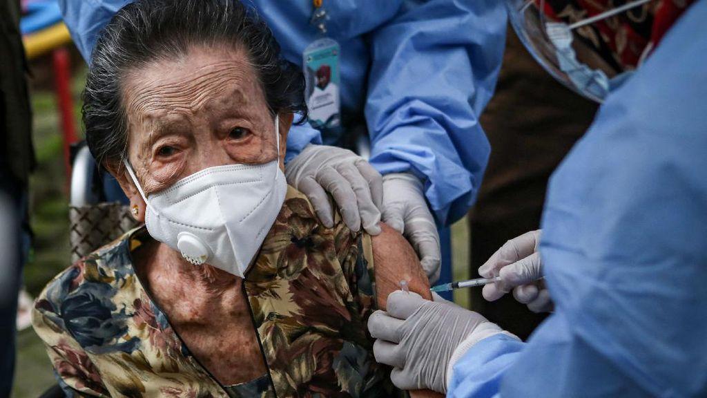 Foto: Nenek Usia 102 Tahun di Tangerang Ikut Vaksin Corona