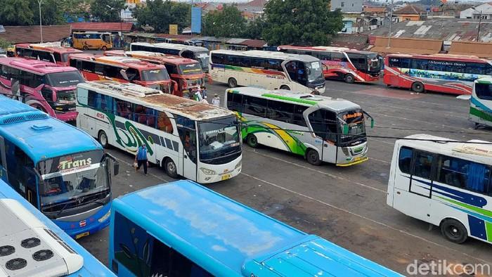 Terminal Cicaheum, Kota Bandung, mulai didatangi oleh warga dari luar kota. Tak sedikit warga yang datang untuk merayakan hari pertama puasa bersama keluarga.
