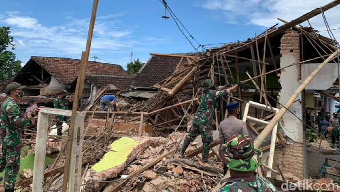 Gubernur Jawa Timur Khofifah Indar Parawansa tinjau lokasi terdampak gempa Malang. Ia minta posko pengungsian tersedia di banyak titik untuk jangkau masyarakat.
