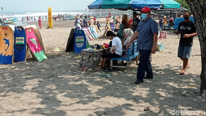 Pantai Pangandaran dipadati wisatawan.