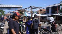 Jualan di Pinggir Rel KA, 105 Pedagang di Ciranjang Cianjur Ditertibkan