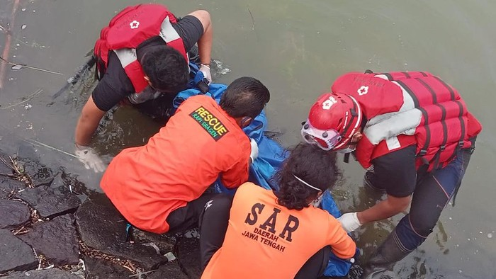 Petugas mengevakuasi jasad korban di Waduk Kembangan, Sragen, Minggu (11/4/2021).