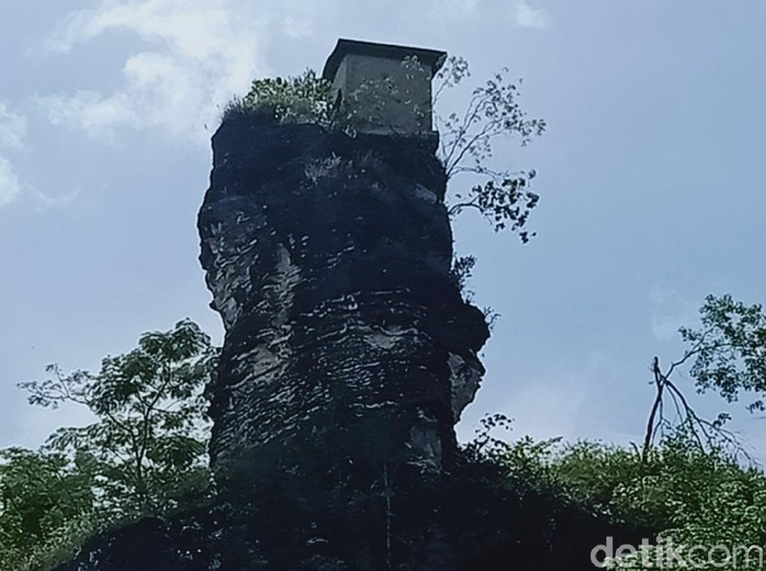 Rumah dinamit di puncak bukit Patrum, Desa Krakitan, Kecamatan Bayat, Klaten, Sabtu (10/4/2021).