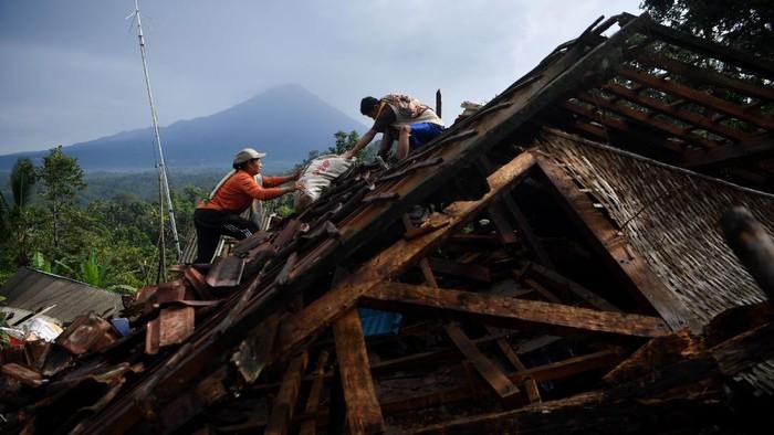 Sejumlah rumah di Desa Kali Uling, Lumajang, rusak gegara gempa Malang. Warga pun kembali ke rumah mereka untuk selamatkan barang berharga.