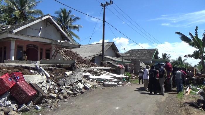 Rumah warga lumajang rusak terdampak gempa malang