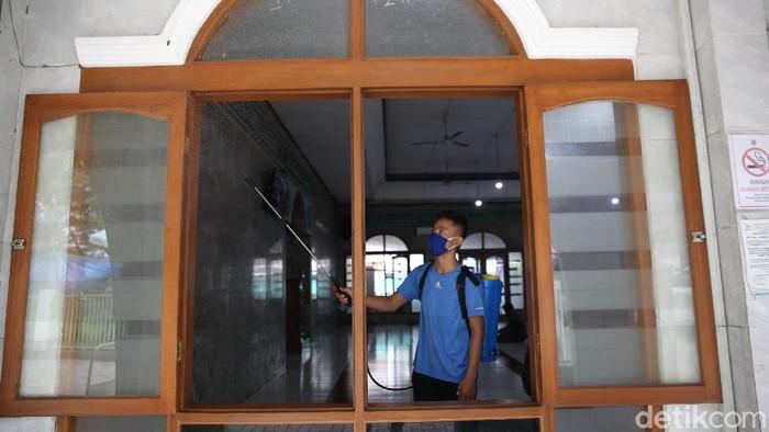 Beragam persiapan menyambut bulan Ramadhan dilakukan warga di kawasan Ibu Kota. Salah satunya adalah membersihkan masjid dan melakukan penyemprotan disinfektan.  Agung Pambudhy